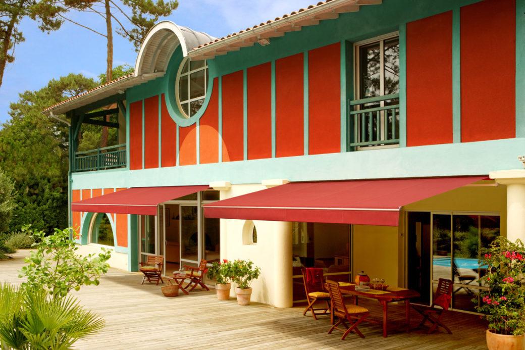 store de terrasse rouge sur maison basque