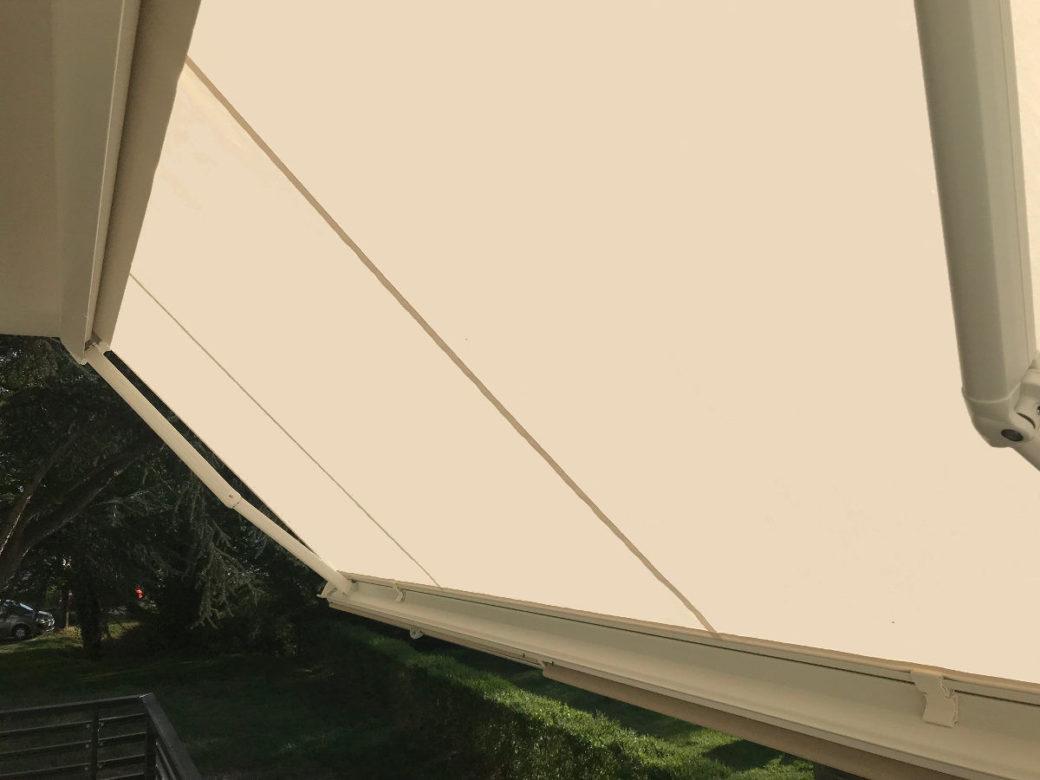Store banne coffre ecru sur balcon
